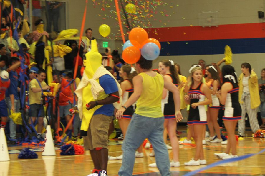 Senior+Roderick+Morris+leads+the+juniors+and+seniors+in+the+Banana+song+during+the+first+pep+rally.